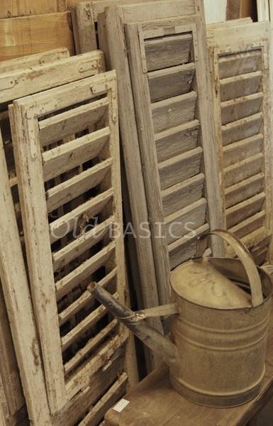 Mooie oude luiken kun  je goed gebruiken ter decoratie in huis. Maak een mooi sfeerhoekje op een sidetable met luiken, vazen fotolijstjes en meer; helemaal BROCANTE. Kijk voor allrlei kleuren en maten oude brocante luiken bij www.old-basics.nl