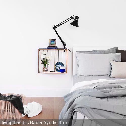 Die innen weiß gestrichene Holzkiste wurde ganz einfach als Nachttisch umfunktioniert, indem sie an der Wand montiert wurde. Man kann auf und in ihr Sachen verstauen. …
