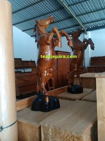 Patung Kuda Berdiri