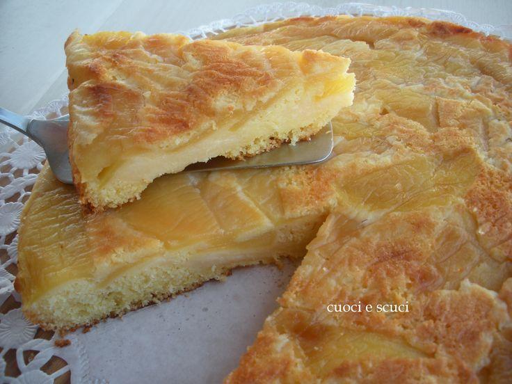La torta di mele capovolta racchiude al suo interno una deliziosa farcitura di crema che la rende supergolosa e morbida al punto giusto. Quando taglierete
