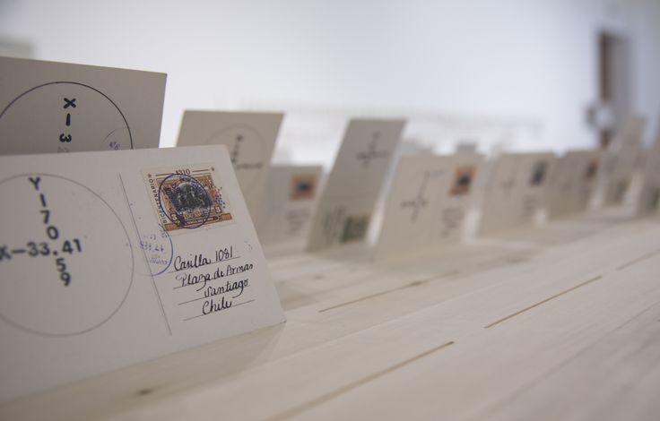 La artista Teresa Aninat exhibe su primera muestra en solitario en el Museo de Arte Contemporáneo, titulado Otros viajes. A partir de numerosos viajes dentro de Chile, la artista recolectó ramas de árboles que posteriormente talló con palabras. La documentación fotográfica de ese proceso fue luego editada en forma de postales, que la artista encargó a treinta ciudadanos anónimos enviar por correo a una casilla de Correos de Chile. Desde el 28 de marzo al 15 de junio, MAC Parque Forestal.