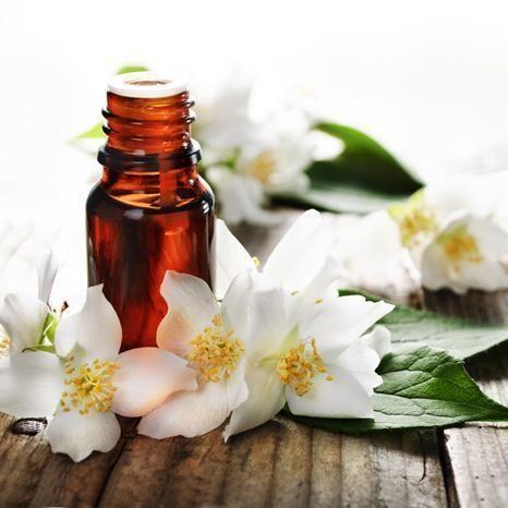 Como fazer óleo de jasmim. O jasmim é considerado como uma das plantas mais belas, além de contar com múltiplas propriedades tanto medicinais como cosméticas. A infusão de jasmim ajuda-nos a combater a insônia e acalmar a ansie...