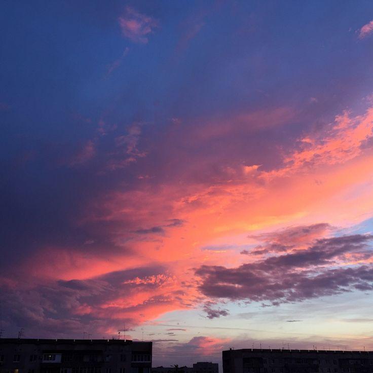 Краски воскресного заката в Тамбове превратили горожан в художников и философов.   Культура 29 минут назад   Природа и погода подарила тамбовчанам удивительные краски вечернего закатного неба.   Буйство красок розовые голубые лиловые переходящие в фиолетовые и синие оттенки неба и облаков закатныелучи солнца - просто не могли оставить равнодушным и пробудили в горожанах фотохудожников и философов.   Множество фотографий размещенных в лентах социальных сетей доказали что…