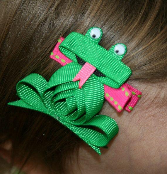 Questa scultura di nastro froggy poco carino è fatto per essere un clip di capelli. Egli avrebbe funzionato anche grande ritagliato su una t-shirt,