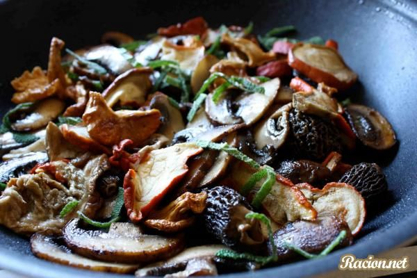 Салат с жареными грибами и кукурузным хлебом