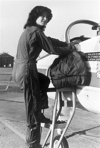 BIOGRAFIA:  Sally Kristen Ride foi uma astronauta dos Estados Unidos e a primeira mulher norte-americana a ir ao espaço, após as soviéticas Valentina Tereshkova e Svetlana Savitskaya. Wikipédia.  Nascimento: 26 de maio de 1951, Encino, Los Angeles, Califórnia, EUA.  Falecimento: 23 de julho de 2012, La Jolla, Califórnia, EUA.  Missões espaciais: STS-7, STS-41-G.  Cônjuge: Steven Hawley (de 1982 a 1987).  Educação: Universidade Stanford (1978), mais ...