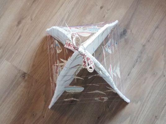 Cette année, avec le nouvel appart, j'ai récupéré pas mal de plaques de polystyrène qui protégeaient nos nouveaux meubles. Certains me servent à protéger ma table quand je fais de la peinture…