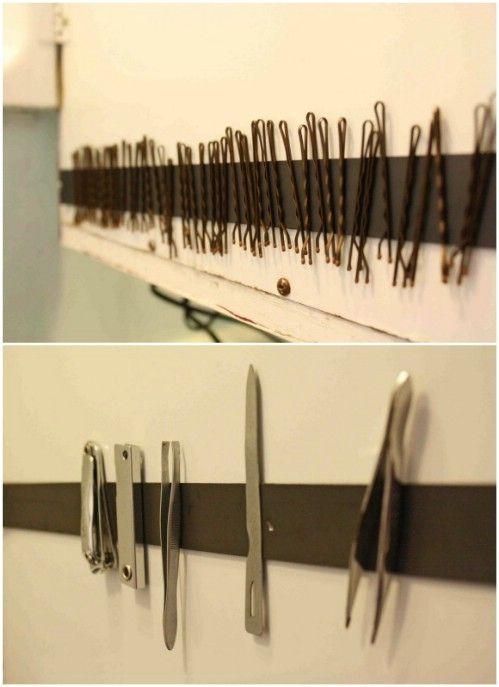 No es que quede muy elegantón pero una banda magnética en el baño estaría genial para no perder los ganchos!