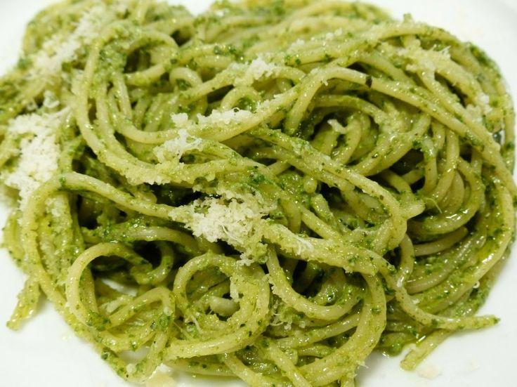 Pasta pesto   350 gram pasta  1 ui  teentje knoflook  olijfolie  klein potje pesto  geraspte parmezaanse kaas
