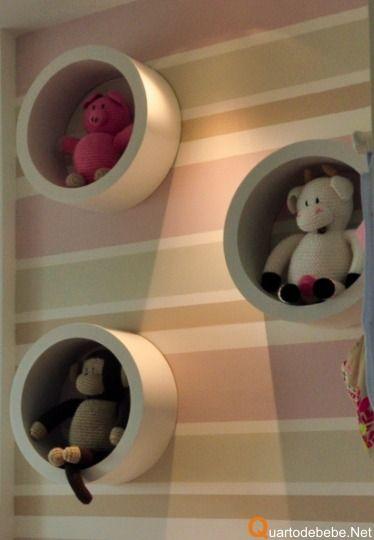 Decoração de quarto de bebe rosa listrado com bege, fende e branco