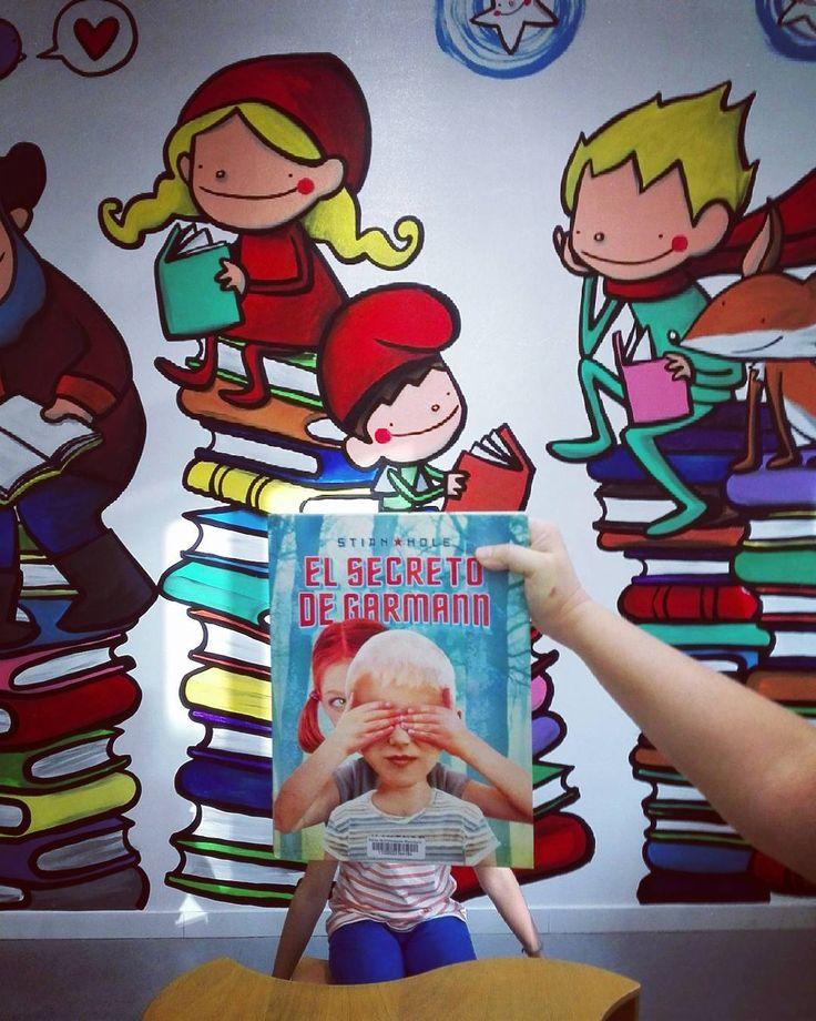"""#petitsllibres """"💙📗📙💙Avui us recomanem aquest conte!! #bookfacefriday  #biblioteca #bibstjust #recomanació #cuentos"""