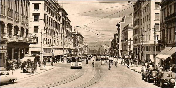 Η Πανεπιστημίου, στο σημείο που διασταυρώνεται με την Βουκουρεστίου, στα τέλη της δεκαετίας του '50.