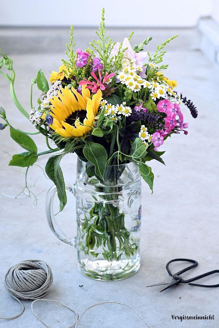 Schöner bunter Wiesenstrauß. Mit passender Anleitung auf dem Blog. Der Blumenstrauß würde sich auch schön als Vintage Brautstrauß machen.
