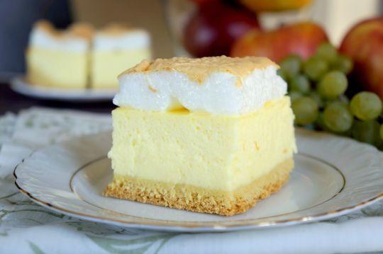 Szukasz przepisu na puszysty sernik z bezą? To idealna propozycja ciasta na świąteczny stół.