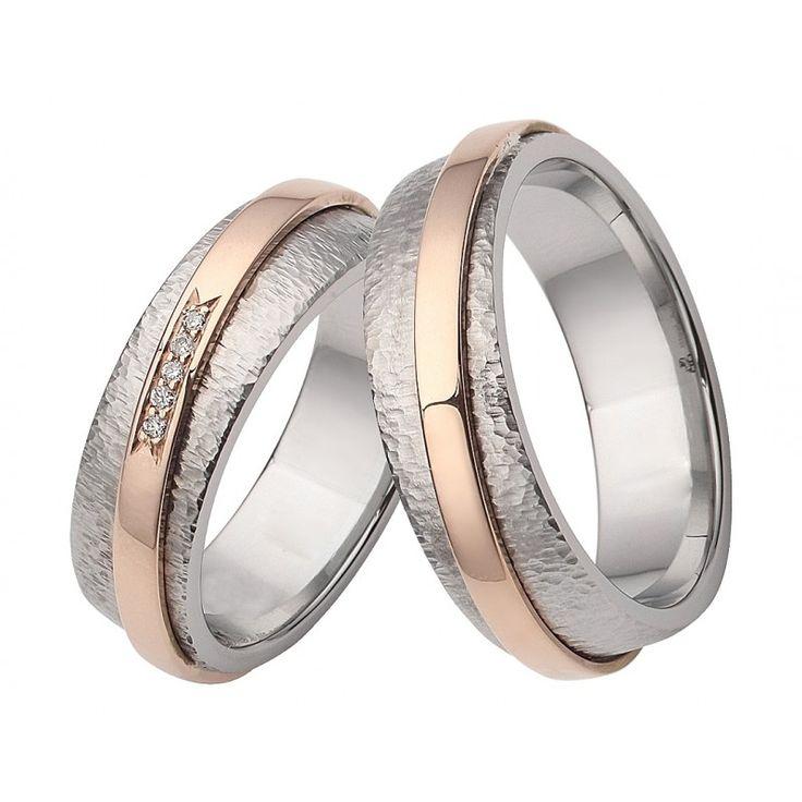 Ein absoluter Blickfang sind die Trauringe aus Edelstahl mit 585er Roségold durch Ihre wunderschöne strukturierte, mattierte und gehämmerte Oberfläche. Um den Ring wurde ein rosegoldes Band mit 5 eingefassten Brillanten designed.