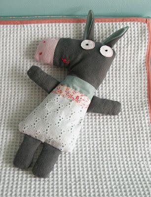 Made by M.: Een ezeltje voor de baby. Theofiel de ezel uit 'Zachte knuffels van stof'.