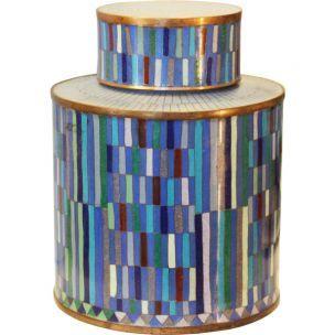 Le pot à thé Blue Stripe, modèle moyen, de Fabienne Jouvin. D'inspiration 60's, des paillettes imbriquées dans des tons dégradés de bleu. Un pot extrêmement élégant.