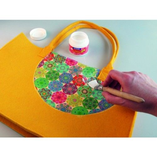 COLLA PER DECOUPAGE SU TESSUTI TEXTIL POTCH 150 ML  Textil potch è una colla trasaprente a base di acqua per la tecnica del tovagliolo/carta su tessuti e seta. Prima di applicare la colla il tessuto deve essere preventivamente lavato per togliere eventu