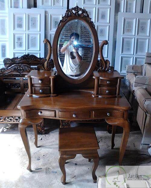 Meja Rias Tolet Kartini memiliki laci dengan jumlah 7 buah yang 2 laci masing-masing dibagian samping figura dan 3 buah lacinya terletak di bawah alas Meja.