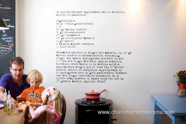 Appeltje-eitje in de Prins Hendrikstraat. Heerlijke koffies, tosti's en het recept van de geweldige appeltaart staat op de muur