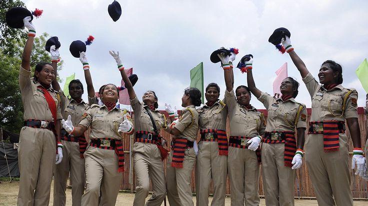 Indische Polizei-Kadettinnen jubeln auf ihrer Abschlussfeier der Polizei-Akademie in Agartala, Indien.