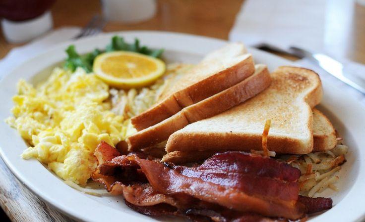 Il bacon & egg, uova e pancetta, si prepara facendo rosolare il bacon nell'olio, sbattendo le uova in una ciotola con del sale e pepe, cuocendole mes...