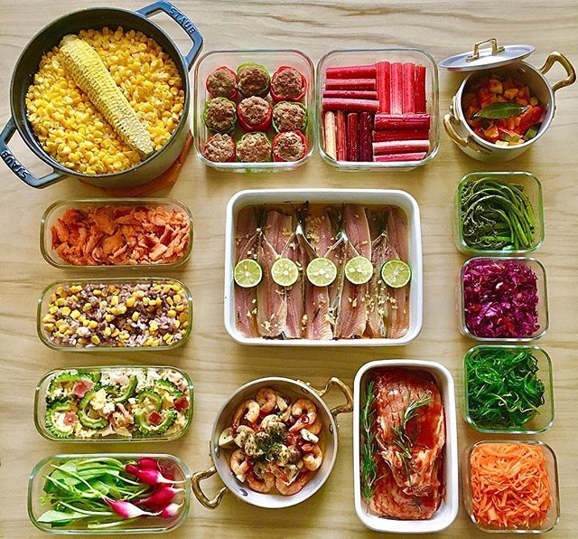(❁︎´ω`❁︎) こんばんは 今週の作り置き 土曜日常備菜たちです ❁ ❁ ❁ 左上から •母熊のとうもろこしご飯 •ピーマンの肉詰め •ルバーブの砂糖漬け •ラタトゥイユ •自家製鮭フレーク •十八穀米とコーンのサラダ •竜田揚げ用イワシ •わらびのナムル •紫キャベツとドライストロベリーのマリネ •ゴーヤチャンプルー •洗いラディッシュ •海老とマッシュルームのアヒージョ •ポークチャップ •おかひじきのワサビ白だし和え •塩もみ人参 ❁ ❁ ❁ 今日は  @rosso___  母熊ちゃんレシピ  #母熊のとうもろこしご飯  作りました୧(ᕯ˙ᗨ˙ᕯ)୨ ❁ ❁ 皆さま是非是非お試し下さい とうもろこしの甘みが お米の一粒一粒に しっかり染み込んで 超絶うましです( •̀∀︎•́ )✧︎ ❁ ❁ ❁ 母熊ちゃん いつも美味しいレシピを 教えて下さりありがとうございます♀️ ❁ ❁ ❁ そして 北海道赤井川村産の ルバーブをもらったので 砂糖漬けに これを明日ジャムにします٩( 'ω' )و♬ 楽しみだなあ♬ ❁ ❁ ❁ ❁ 昨日のpostにたくさんのコメントを…