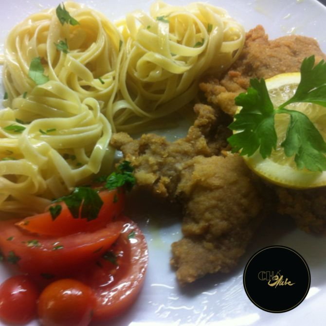 Escalopes com fettuccini e tomate muito bons. Very good Fettuccini with scallops and tomato .
