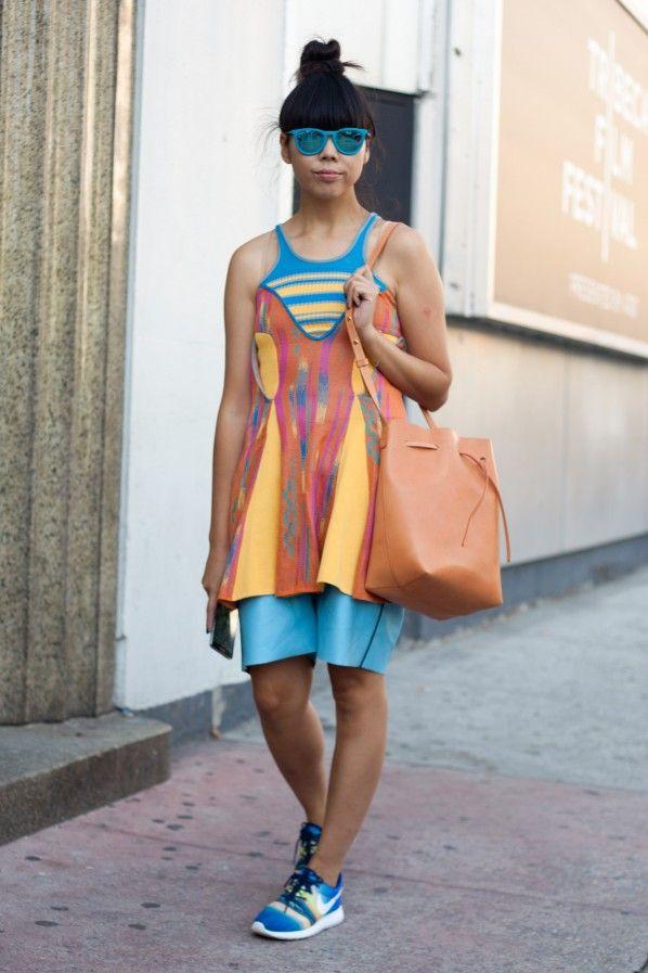 Streetstyle New York – Fashion Trend Rainbow: Kunstvolle Farbflashs sind jetzt auf Kleidung und Accessoires zu sehen. Trauen sie sich doch an ein farbgewaltiges Stück mit Blickfang-Garantie. Rainbow-Styles zum Nachshoppen gibt es hier.