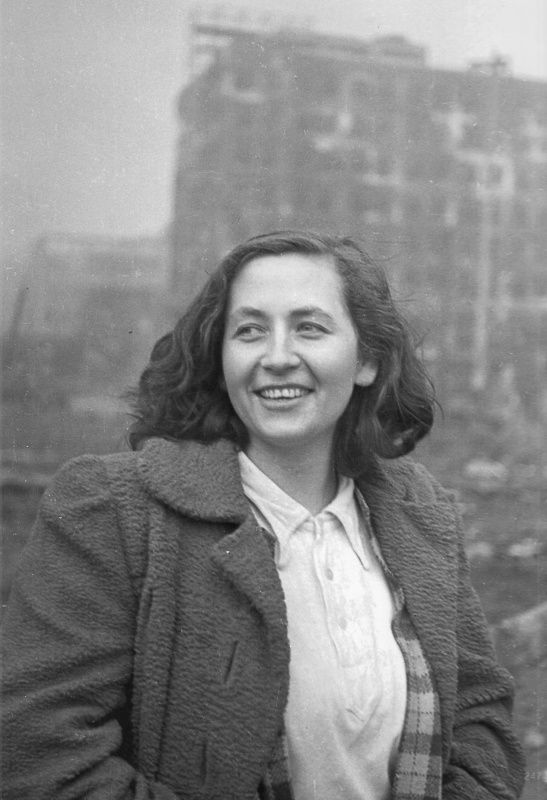 Портрет немецкой девушки на улице разрушенного Берлина