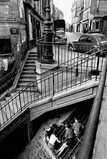 (b.auctionners; «Rue de Vilin, Paris, 1959»; by Willy Ronis)