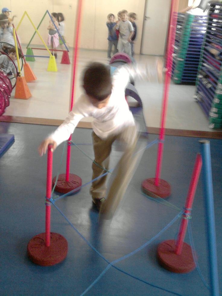 gs4 2009: activités motrices dans la salle de jeux....