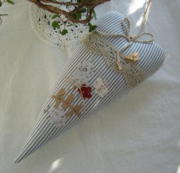 Großes Herz verziert mit einem Vogelhäuschen, Blumen und Gartenzaun, Klöppelspitze und Herzknopf für Deine Frühlings/Sommerdeko.  Um es evt. an die Gardinenstange oder an die Decke zu hängen, habe...