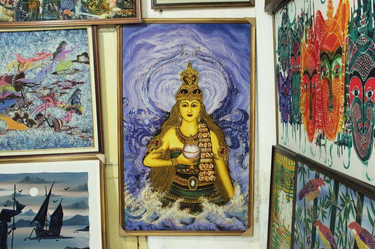 Nyai Loro Kidul, de koningin van de Zuidzee, beschermt Yogyakarta al eeuwen lang tegen al het kwaad. Niemand heeft haar echter ooit gezien. Wil jij de eerste worden die haar ontmoet? Check onze website!