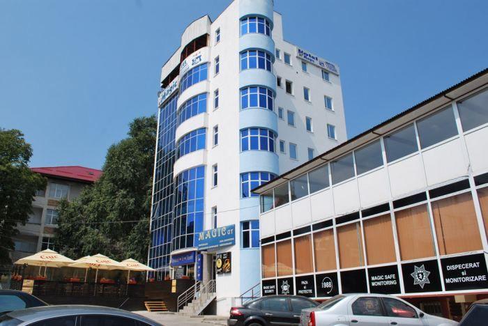 Hotelul Magic – City Center, modern construit, este situat în centrul oraşului Piteşti, lângă primărie. Acesta oferă camere elegant echipate, cu Wi-Fi