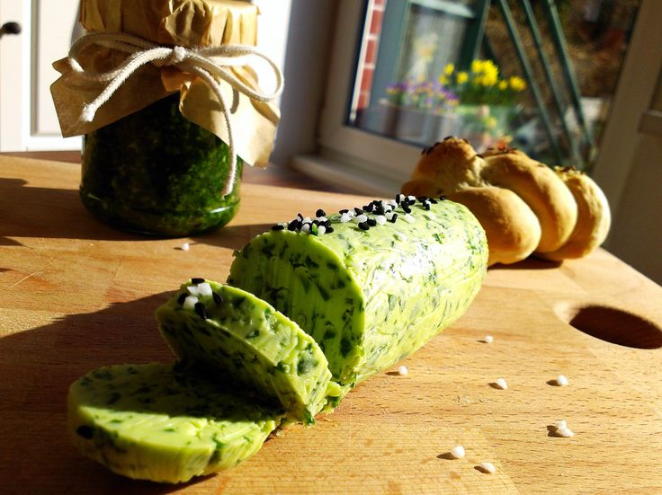 Máslo a pesto V receptu je uveden medvědí česnek, ale můžete použít jiné čerstvé bylinky.