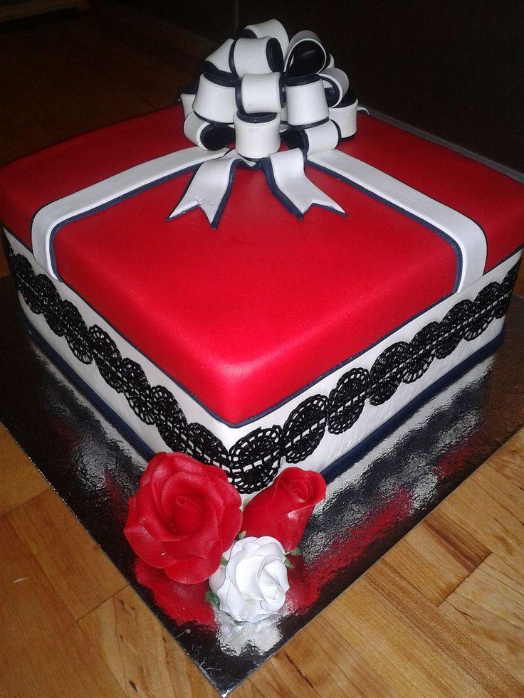Domácí fondán na dorty | recept. Fondán je cukrářská hmota, konzistencí podobná marcipánu. Je vhodná na konečnou úpra