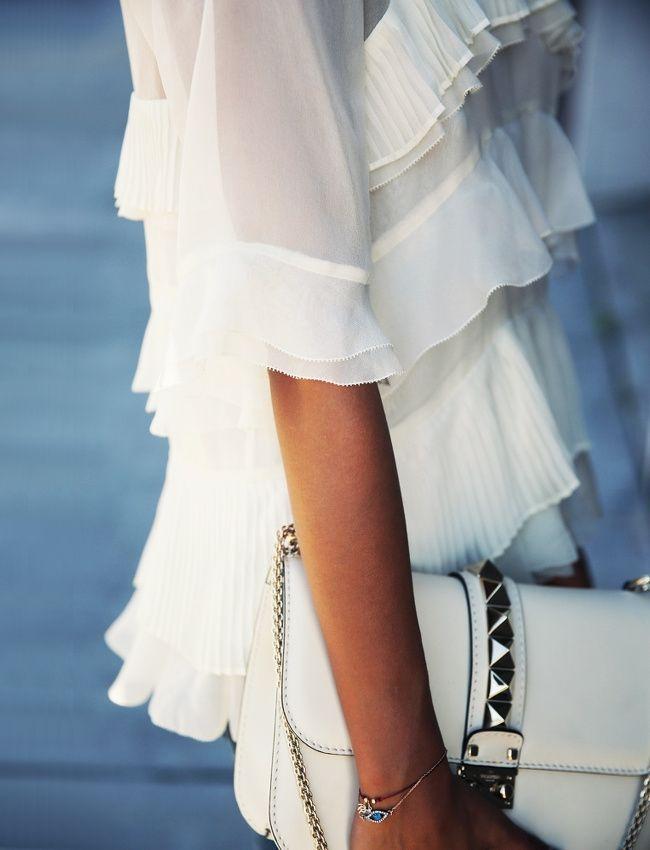 Rien de tel qu'un sac rock pour booster une blouse à volants ! (sac Valentino - photo Sincerely Jules)