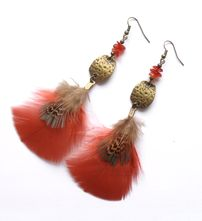Earrings with feathers. Örhängen med fjädrar från http://ladyofthelake.se