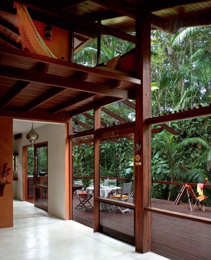 Arquitetura integrada à natureza. Nesse projeto os resquícios da mata Atlântica funcionam como um quadro vivo proporcionando pelas grandes abertura com madeira e vidro.