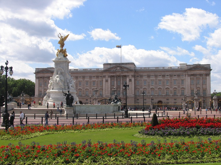 The Buckingham palace in London!A sunny day so i was happy with that photo    http://en.wikipedia.org/wiki/Buckingham_palace