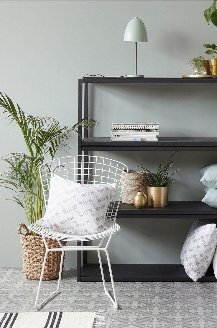Stol i spännande design som är lika snygg på uteplatsen som vid matbordet inne. Den har en given plats i det moderna hemmet. Material: Metall. Storlek: Totalhöjd 81 cm, sittbredd 53 cm, sittdjup 57 cm, sitthöjd 41-47 cm. Beskrivning: Stol med sits av lackad metalltråd. Viss montering krävs. Monteringsanvisning medföljer. Tips & Råd: Stolen är tillverkad i lackade metalltrådar och lämpar sig därför även för utomhusbruk.