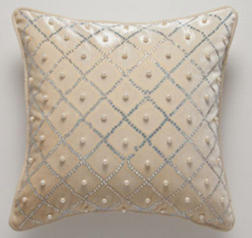 Decorative Pillow With Pearls : 111 best images about Almohadones (pillows) on Pinterest Forum, Manualidades and Ring bearer ...