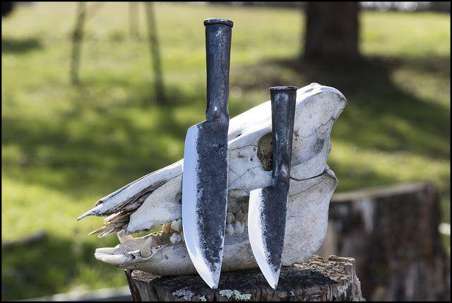 Forge de caractère, couteaux et outils forgés ::  un couteau de camp et un utilitaire à manches roulés
