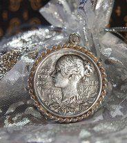Серебряный КУЛОН «Королева Виктория» со вставкой -  серебряная памятная медаль 1897 года, посвященная 60 – летию правления Королевы Виктории 1837-1897 гг. Великобритания. Европа.