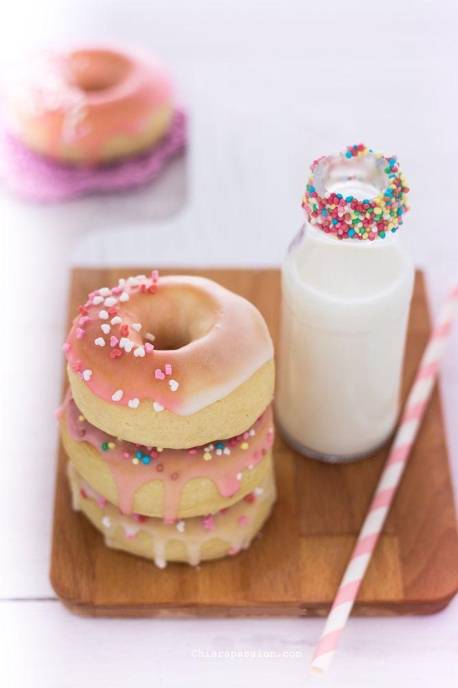 I Donuts detti ancheDoughnutssono le classiche ciambelle americane ricoperte da glasse colorate, solitamente vengono fritti ma io ho preferito farli al Forno!!! I Donuts al fornosono di una bontà assoluta, più leggeri e profumati rispetto alla versione fritta e sicuramente con meno calorie; sono