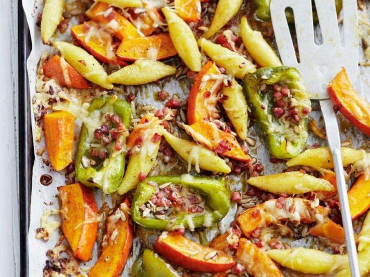 Gebackene Schupfnudeln mit Kürbis und Paprika ist ein Rezept mit frischen Zutaten aus der Kategorie Fruchtgemüse. Probieren Sie dieses und weitere Rezepte von EAT SMARTER!