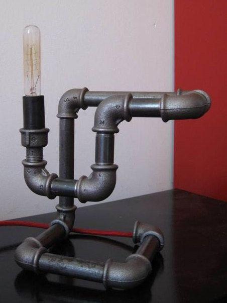 lampe industrielle réalisée avec des raccords de fonte noire