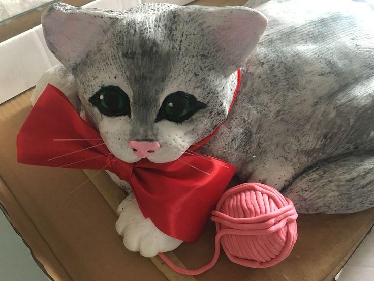 Dort ,,Kočička,, s klubíčkem.  Oříškový, tvarohový krém, potahovka .