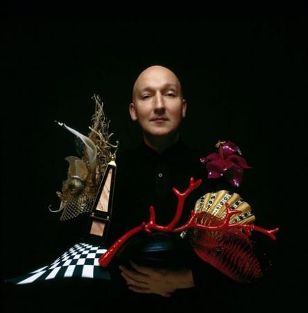 The Mad Hatter: Stephen Jones' nonchalant eccentricity - Il Cappellaio Matto: il senso di Stephen Jones per le teste (coronate e non)